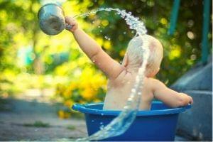 Niño bañándose
